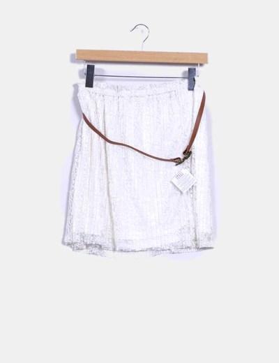 Falda blanca con cinturón Stradivarius