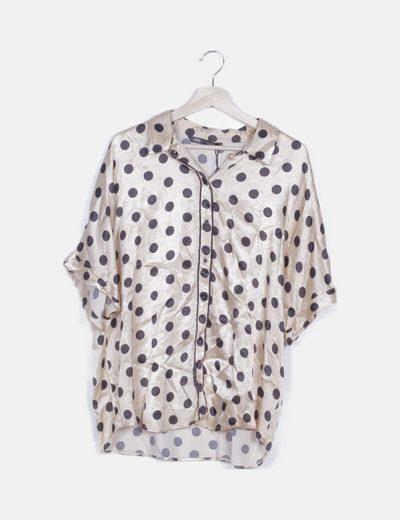 Camisa beige satinada con topos