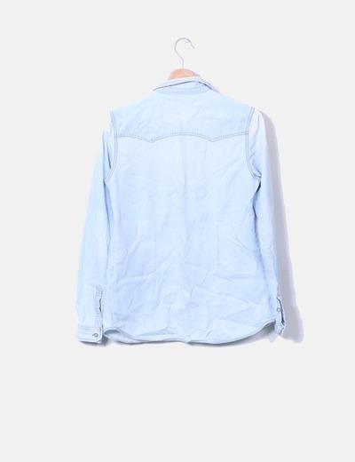 Camisa denim claro con bolsillos