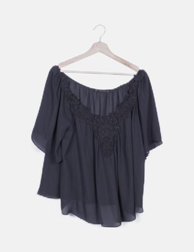 Blusa fluida negra con bordados