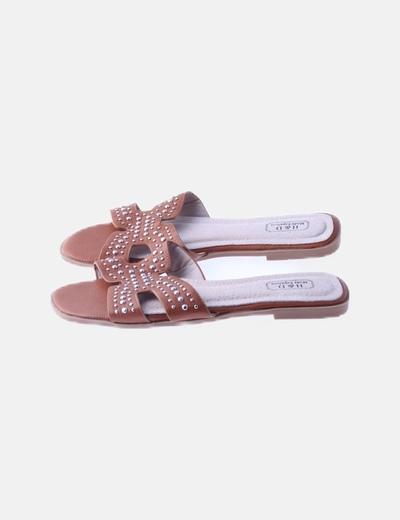 Sandalia tachas marrón