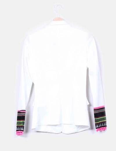 Blasier blanco mangas etnicas con borlas