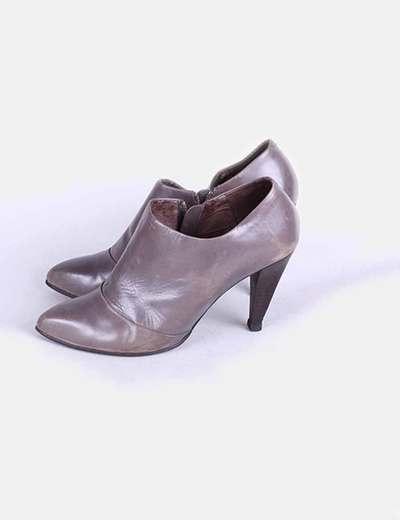Botín gris con tacón  Zara