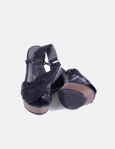 Sandalia negra con tacon de charol