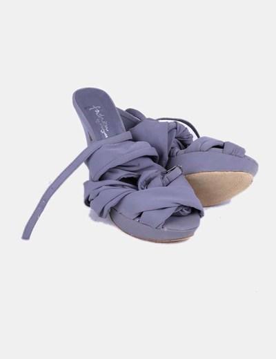 Zapato gris con tiras de tela