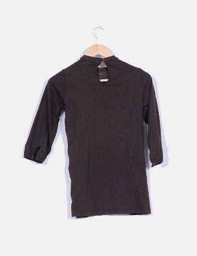 Camiseta marron con cuello cerrado