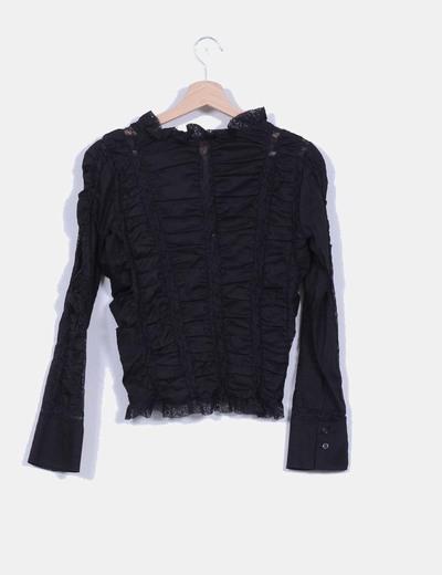 Camisa negra efecto fruncido con detalle encaje