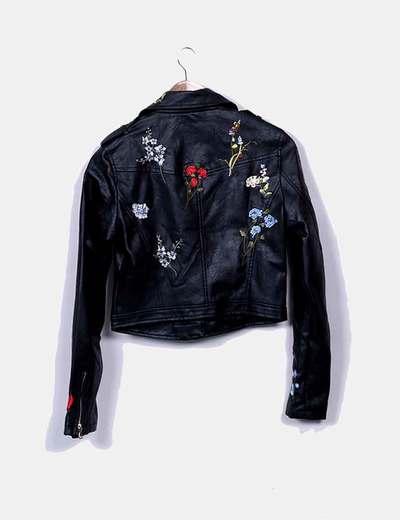 Cazadora biker negra con bordado floral