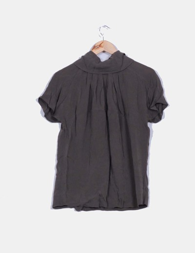 Top taupe manga corta cremallera en cuello