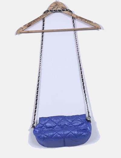 Bolso azul klein acolchado con detalles en negro