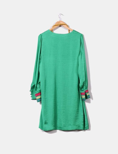 Vestido verde con detalles de colores y plateados en mangas