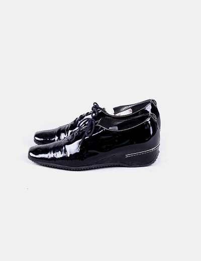 Zapato negro acharolado