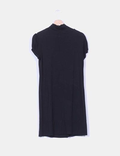 Vestido negro de manga corta con cuello vuelto