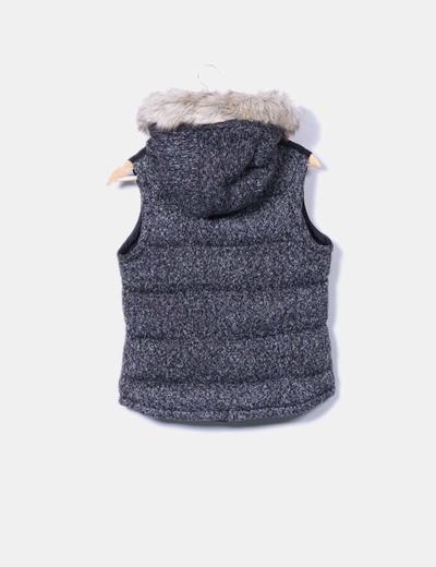 Chaleco acolchado combinado con punto y pelo en la capucha