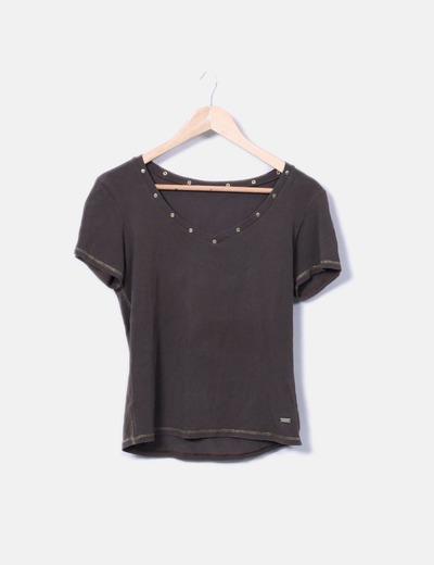 T-shirt marron à encolure avec clous Caramelo