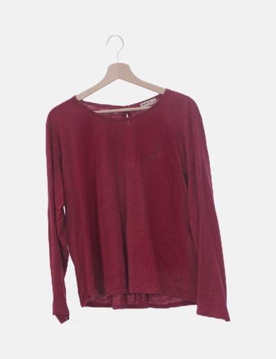 Camiseta roja conbotones en la espalda