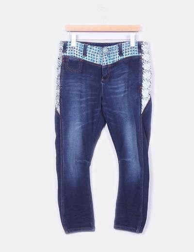 Jeans oscuros con bordados Desigual