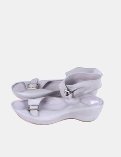 Sandalia gris con hebillas Pol-ite