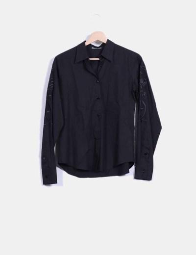 Camisa negra bordados en las mangas Roberto Verino