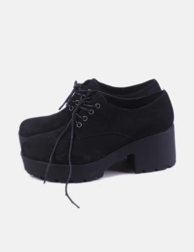 Zapato negro con cordón