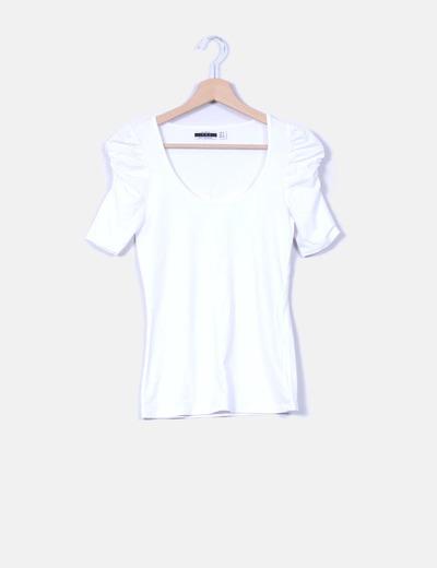 Camiseta blanca con mangas abullonadas  Zara