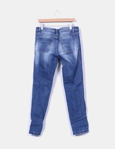 Jeans tono medio con pedreria lateral