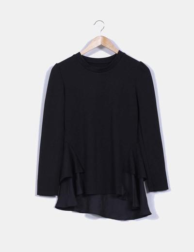 Camiseta negra texturizada con volantes laterales