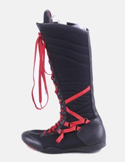 Bota deportiva negra con cordones
