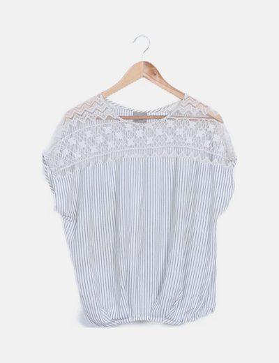 Camiseta rayas azules escote crochet