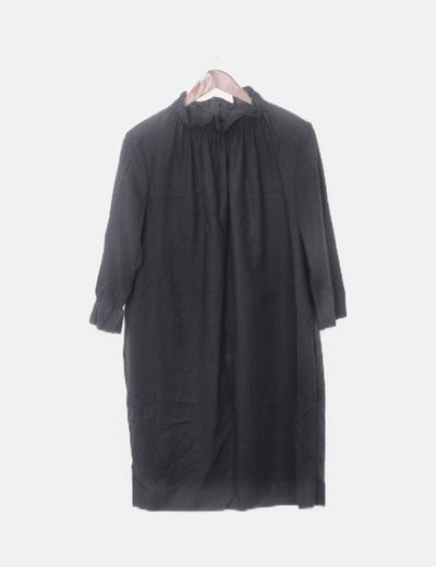 Vestido negro con cuello fruncido
