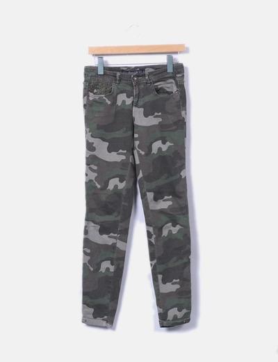 Pantalón denim camuflaje con tachas Zara