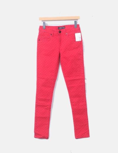 Pantalón denim rojo con topos negros