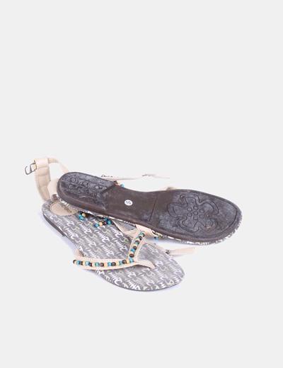 Sandalia beige con abalorios