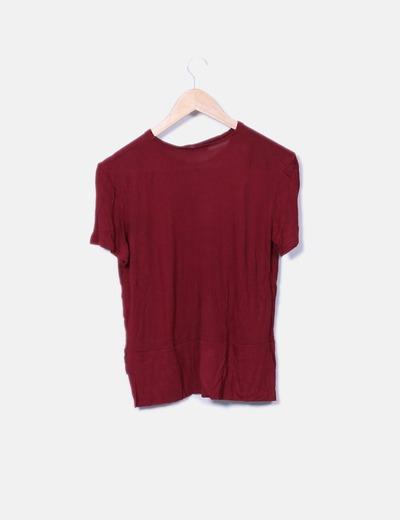 Camiseta roja con colgante