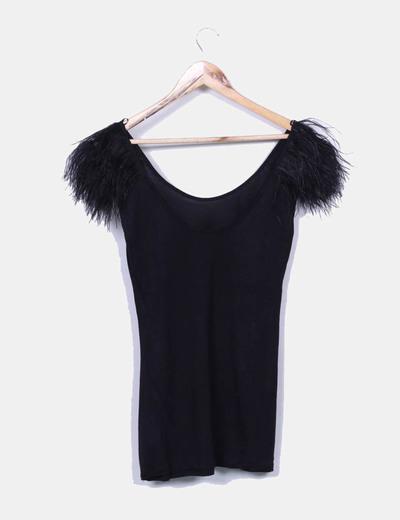 Camiseta negra con plumas