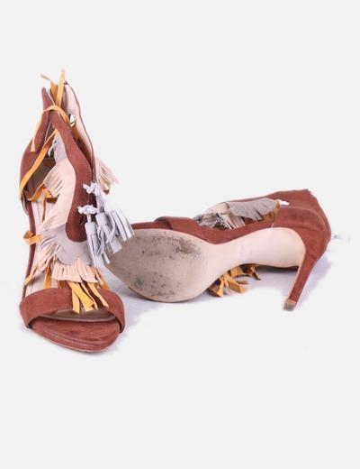 Sandalia marron con flecos
