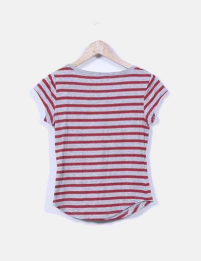 Camiseta gris con rayas rojas