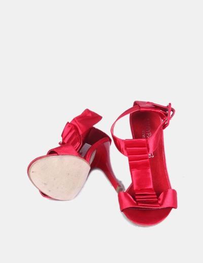 Sandalia roja de tela