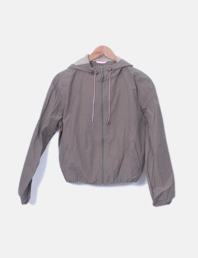 Chaqueta transpirable khaki con capucha