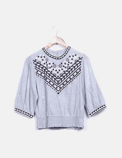 Blusa gris con bordado