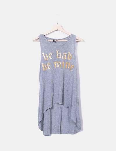 Camiseta asimétrica gris con letras H&M