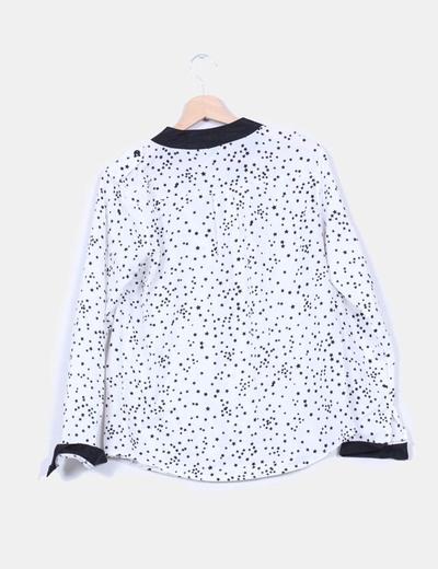 Camisa blanca satinada con print estrellas d