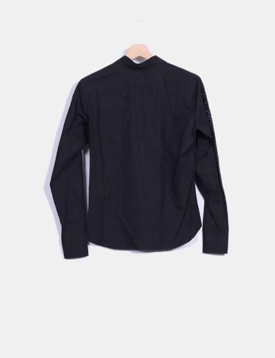 Camisa negra bordados en las mangas
