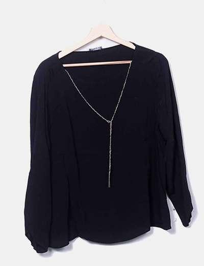 Blusa negra detalle cadena Mango