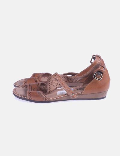 Sandalia marrón troquelada