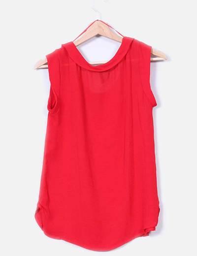 Camisa roja con escote redondo