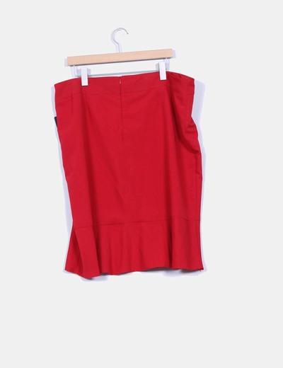 Falda roja con vuelo en la parte inferior
