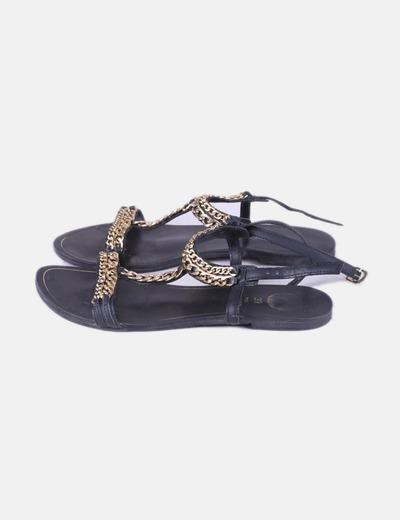 Sandalia negra cadena
