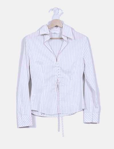 Camisa blanca de rayas finas con cierre central y lateral tipo corset Mango