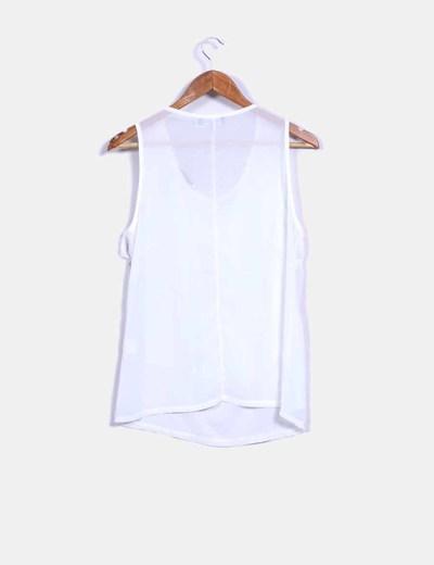 Blusa blanca con flecos y collar en el escote